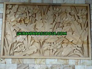 Relief batu paras motif daun pisang