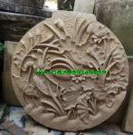 Relief motif bunga teratai dan ikan Koi bentuk lingkaran